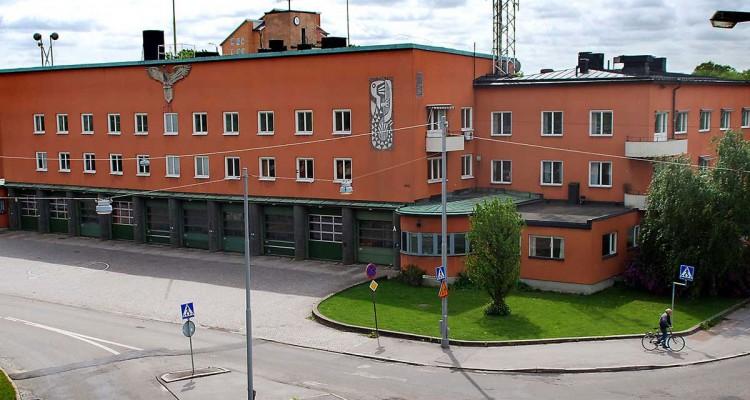 Bild på en brandstation. Byggnaden är orange och byggd på 1940-talet.