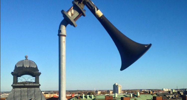 """En """"tyfon"""", det vill säga ett stort signalhorn som används som varningssignal i systemet Viktigt meddelande till allmänheten"""
