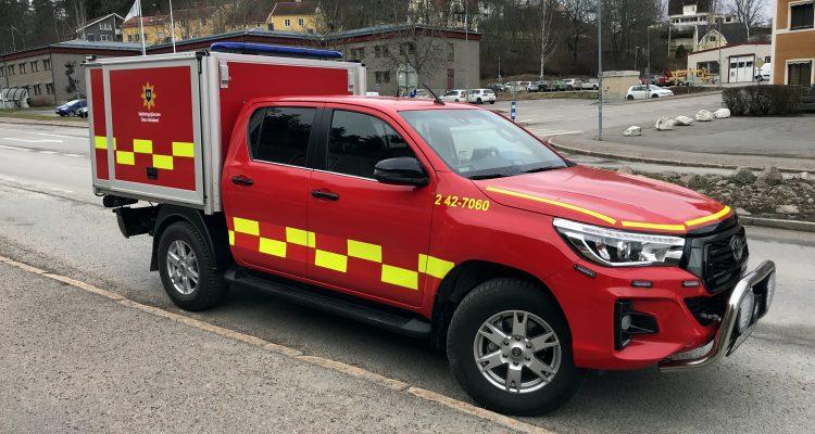 En röd bil med räddningstjänstmärkning. Bilen används som så kallad FIP-bil, och används av deltidsbrandmän som har med sig bilen vart de än ska, under tiden som de har beredskap. Om de får larm, kör de direkt till olyckan för att göra en första insats.