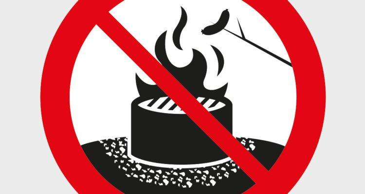 Förbudsskylt som visar att det är förbjudet att grilla med öppen låga.