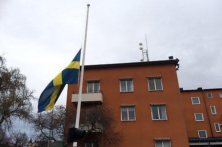 Flagga på halv stång vid station Centrum i Norrköping